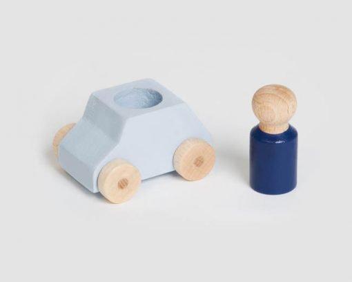 Kleines graue Spielzeugauto aus Holz mit blauer Spielfigur, hergestellt in Europa Lubulona